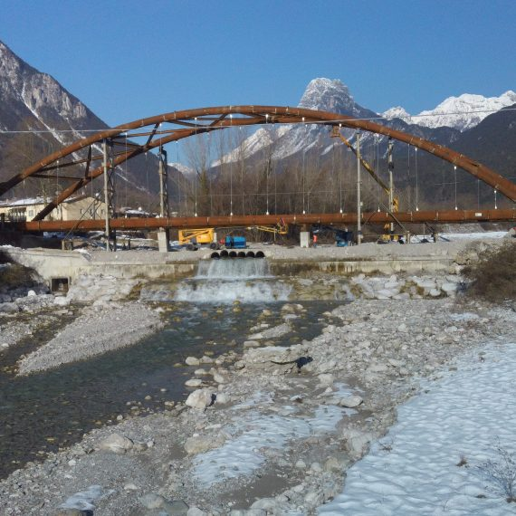 strutture metalliche in acciaio corten del ponte ad arco sul torrente Aupa